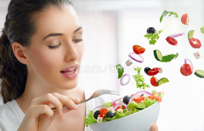 Het eten van gezond voedsel royalty-vrije stock afbeeldingen