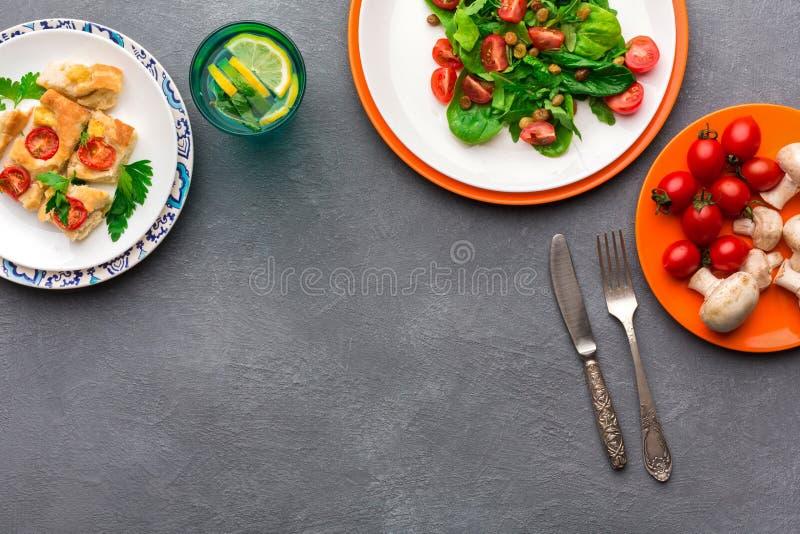 Het eten van gezond voedsel op grijze achtergrond, hoogste mening, exemplaarruimte royalty-vrije stock foto
