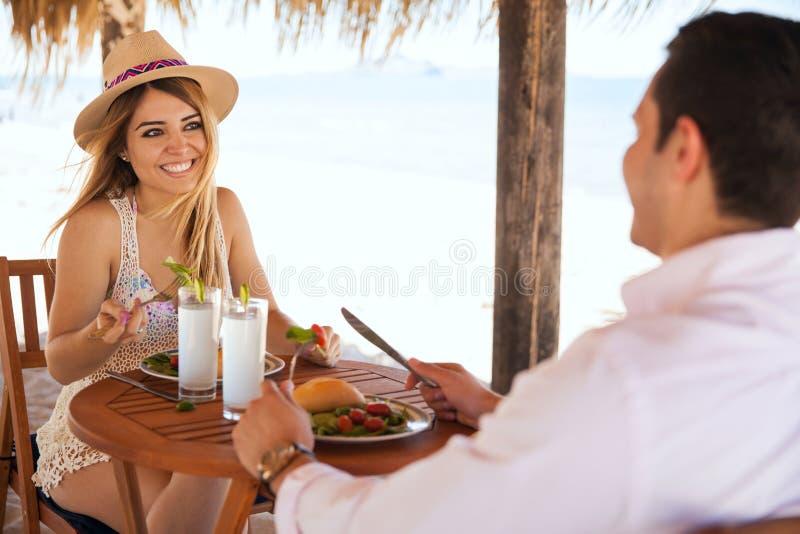 Het eten van lunch bij het strand op een zonnige dag royalty-vrije stock afbeeldingen