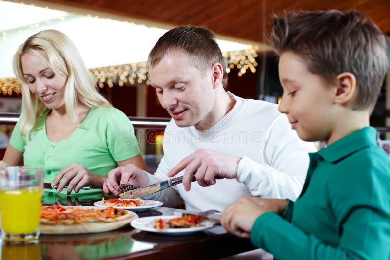 Het eten van pizza stock foto's