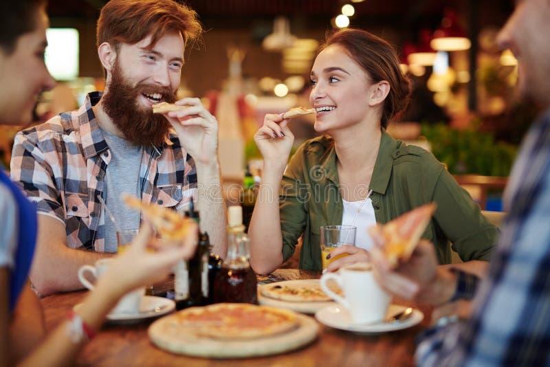 Het eten van Pizza stock fotografie