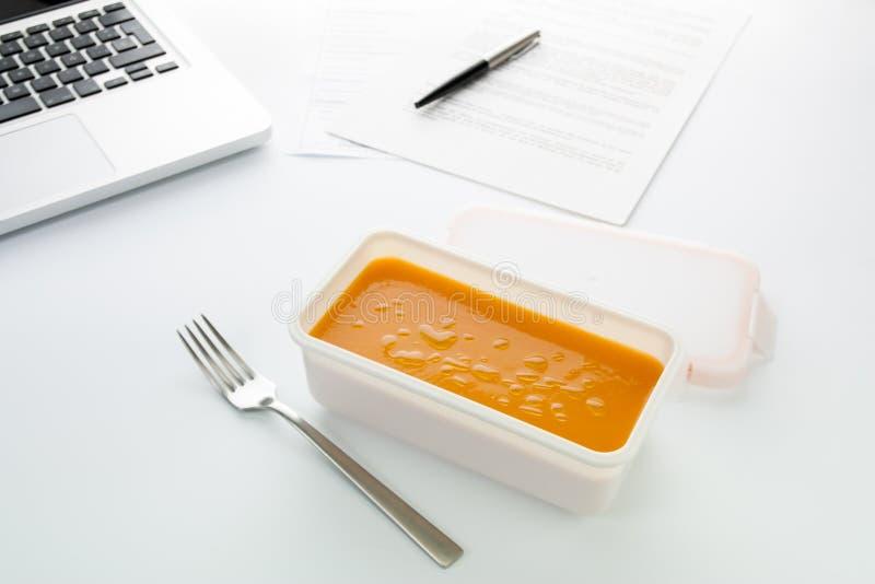 Download Het Eten Van Plantaardige Room In Het Bureau Stock Afbeelding - Afbeelding bestaande uit wortel, olie: 29500809