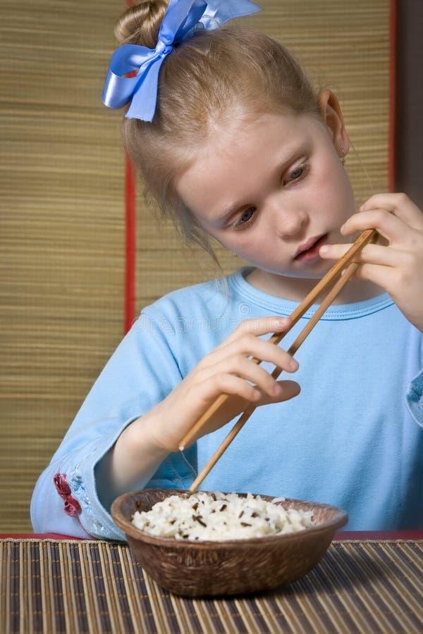 Het eten van rijst royalty-vrije stock afbeeldingen
