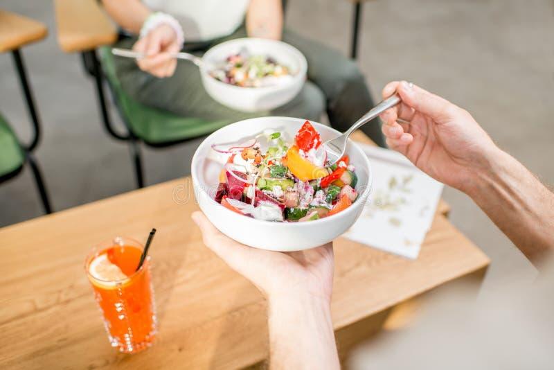 Het eten van salade royalty-vrije stock foto's