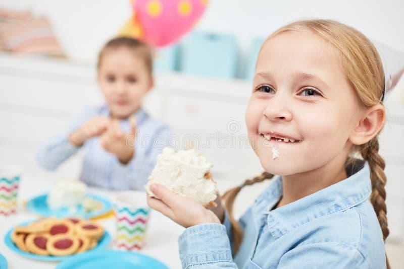 Het eten van smakelijke cake stock afbeeldingen