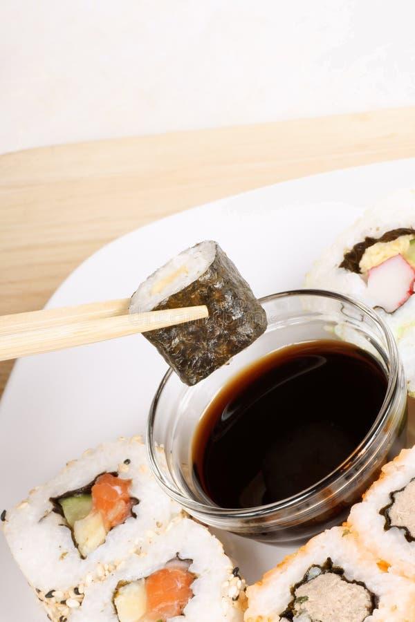 Het eten van sushi stock afbeeldingen