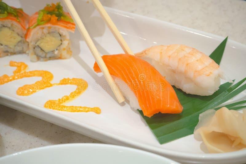 Het eten van Sushi, Japans voedsel stock foto's