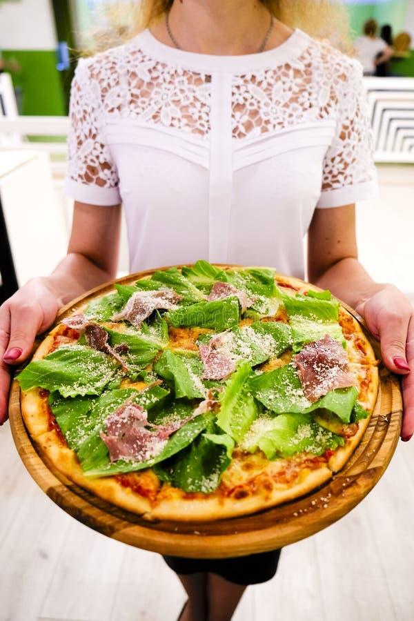 Het eten van voedsel Close-up van Mensenhanden die Plakken van Pepperonispizza nemen stock afbeelding