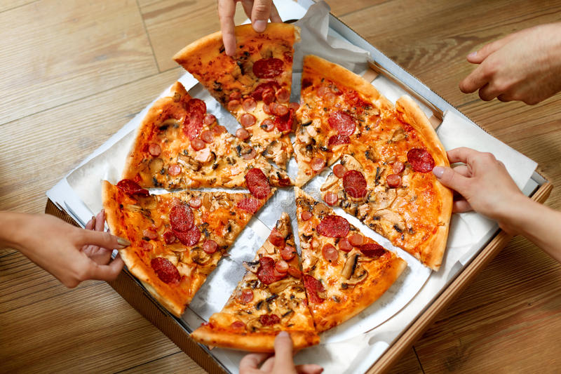Het eten van voedsel Mensen die Pizzaplakken nemen Vriendenvrije tijd, Snel F stock fotografie