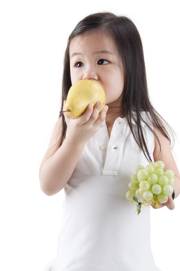 Het eten van vruchten stock afbeelding