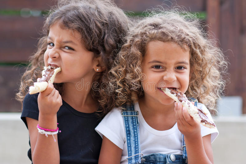 Het eten van zusters stock foto's