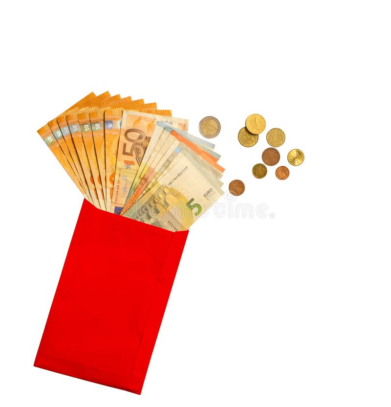 Het Euro Bankbiljetgeld in rode document envelop, gouden, zilveren en bronsmuntstukken, die op witte achtergrond met het knippen  stock foto