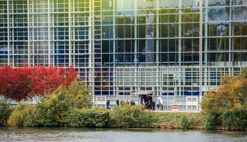 Het Europees Parlement van Francois hollande uitgangen door achterdoo stock foto