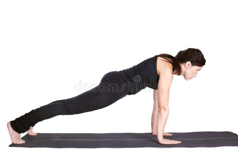 Het excercising van de yoga dandasana van urdhvachaturanga stock foto's