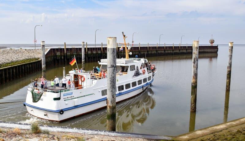 Het excursieschip Adler II van de scheepvaartmaatschappij adler-Schiffe verlaat het slot in de richting van het Wadden Overzees stock afbeeldingen