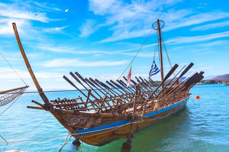 Het exemplaar van het Argoschip van voorhistorisch schip in haven Volos, Griekenland stock foto's