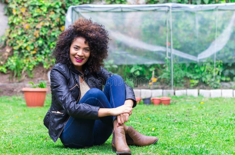 Het exotische mooie jonge meisje ontspannen in de tuin stock foto