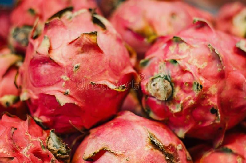 Het exotische tropische fruit, de vertoning van het draakfruit voor verkoopt in markt royalty-vrije stock afbeeldingen