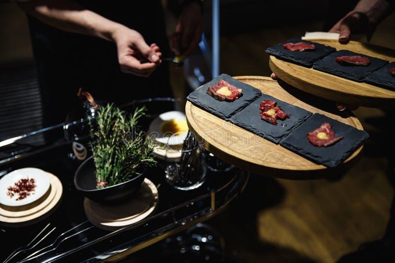 Het exotische voedsel is degustated bij een gebeurtenis van het luxe collectieve diner stock foto's