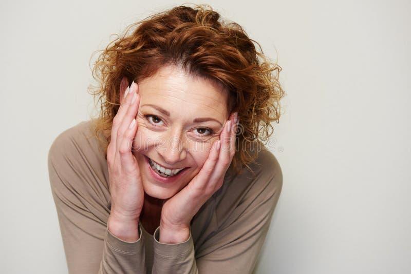 Het expressieve hoofd van de vrouwenholding dient binnen verrassing in royalty-vrije stock foto