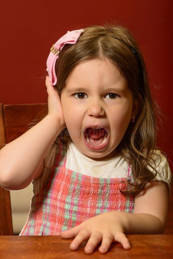 Het expressieve mooie meisje spelen stock foto's