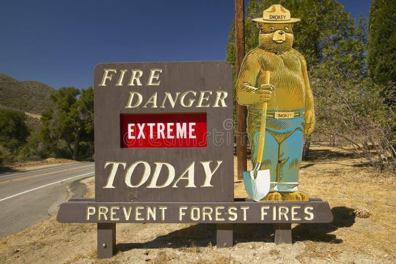 Het extreme Brandgevaar kondigt de Beer af dichtbij Meer Hughes California Rokerig stock afbeelding