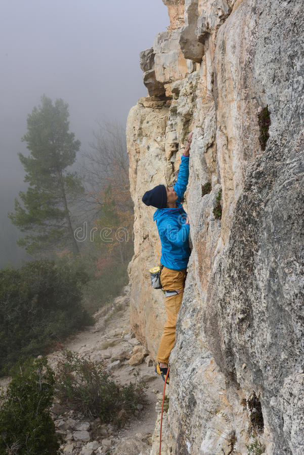 Het extreme sport beklimmen De strijd van de rotsklimmer voor succes Openlucht levensstijl stock fotografie