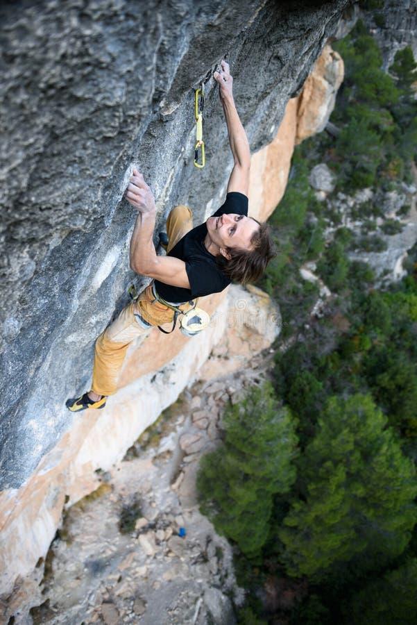 Het extreme sport beklimmen De strijd van de rotsklimmer voor succes Openlucht levensstijl stock foto's