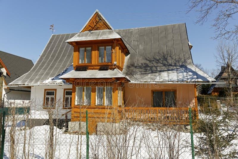 Het familiehuis is behandeld met een steil dak stock afbeeldingen