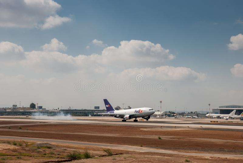 Het Fedex-vliegtuig die in Luchthaven ben-Gurion landen israël royalty-vrije stock foto