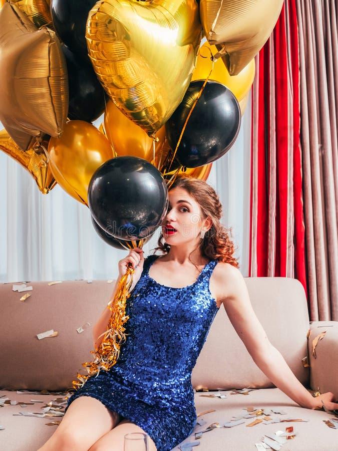 Het feestelijke gelegenheid doen schrikken meisje van de verjaardagspartij royalty-vrije stock fotografie