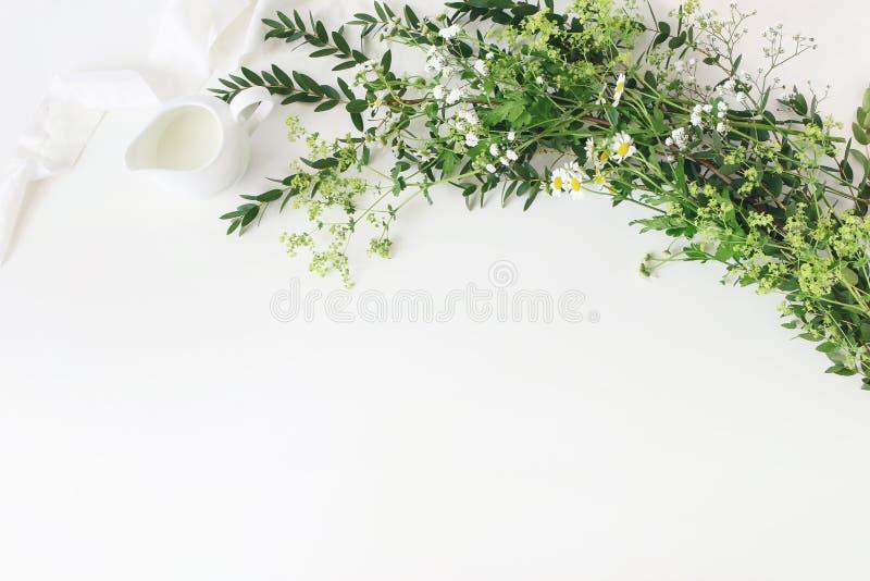 Het feestelijke huwelijk, de scène van de verjaardagslijst met eucalyptusparvifolia, zijdelint, wilde weide bloeit en melkwaterkr royalty-vrije stock afbeelding