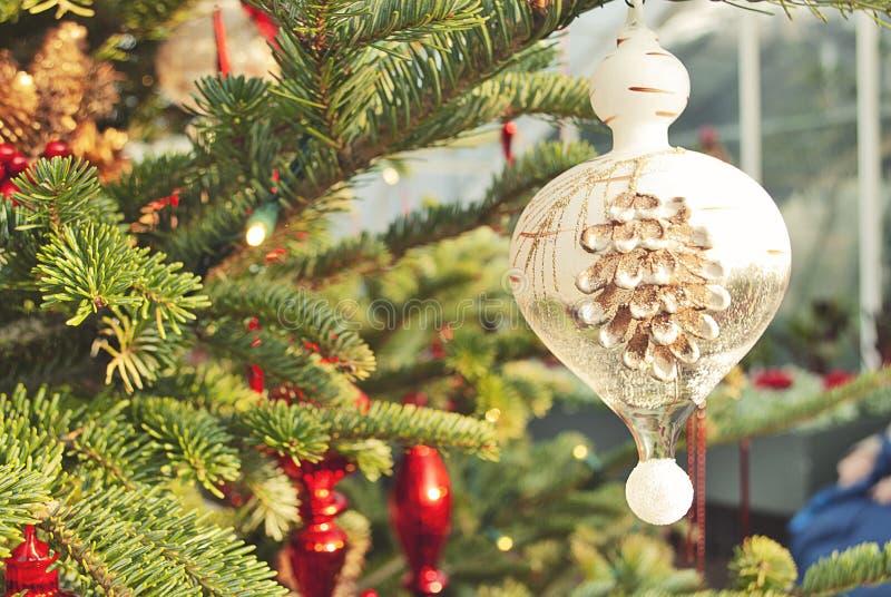 Het feestelijke Ornament van Pinecone van de Kerstboomtuin royalty-vrije stock afbeelding
