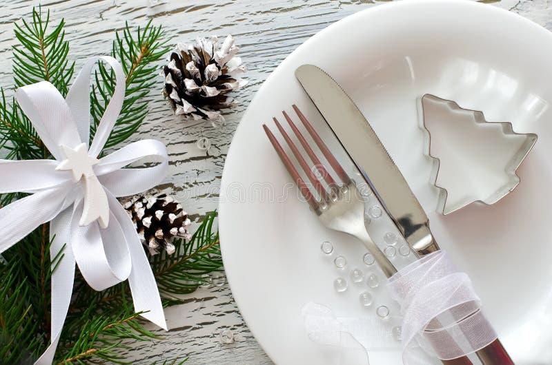 Het feestelijke vaatwerk van het Kerstmisdiner met witte plaat stock foto