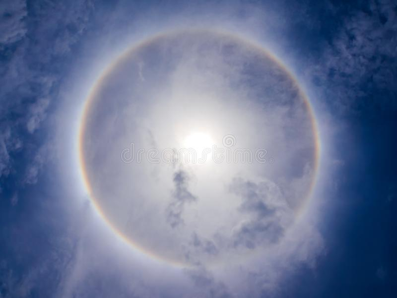 Het fenomeen van de zonhalo op blauwe hemel stock fotografie