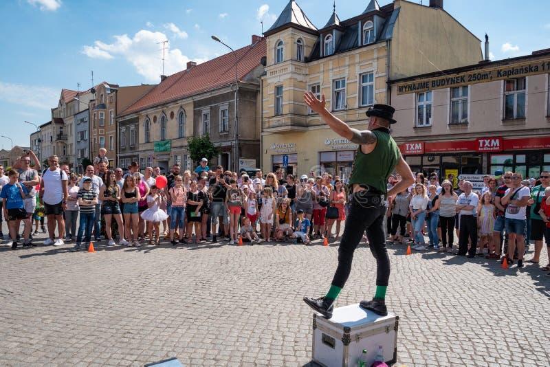 Het festival van de UFOstraat - een internationale bijeenkomst van straatkunstenaars, uitvoerders en het leven standbeelden stock foto
