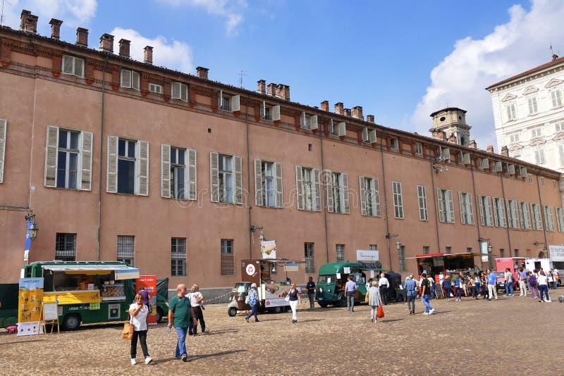 Het festival van de voedselvrachtwagen, marktplaats in hoofs vierkant die divers Italiaans voedsel voorstellen royalty-vrije stock afbeeldingen