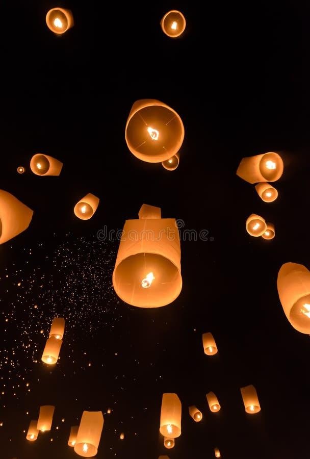 Het festival van hemellantaarns of het festival van Yi Peng in Chiang Mai, Thailan royalty-vrije stock foto's