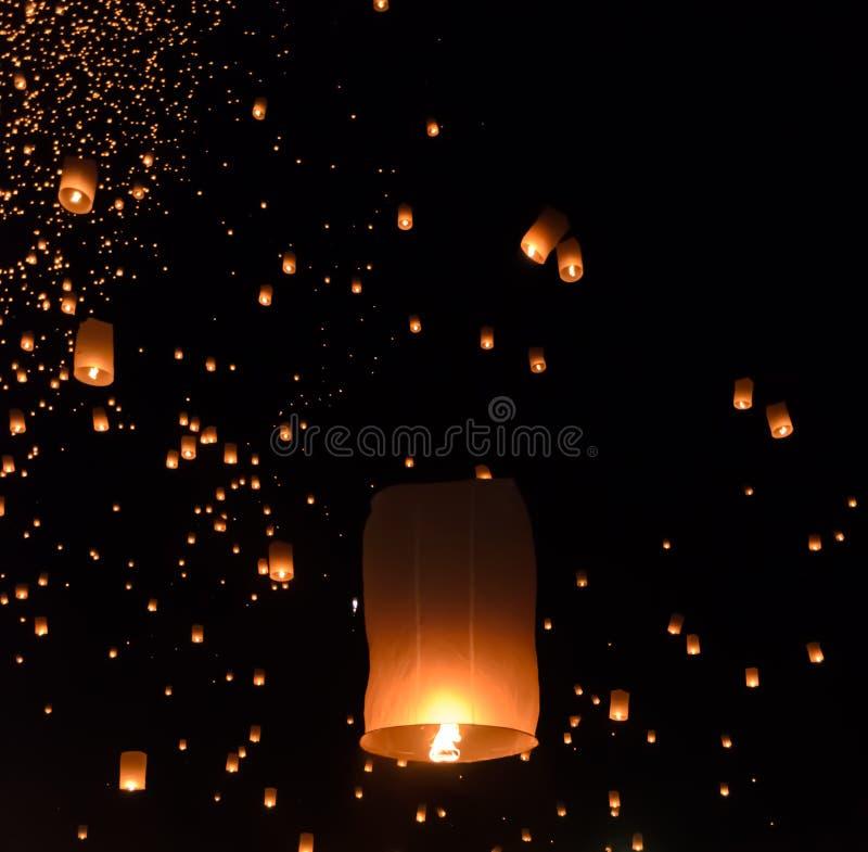 Het festival van hemellantaarns of het festival van Yi Peng in Chiang Mai, Thailan royalty-vrije stock afbeeldingen
