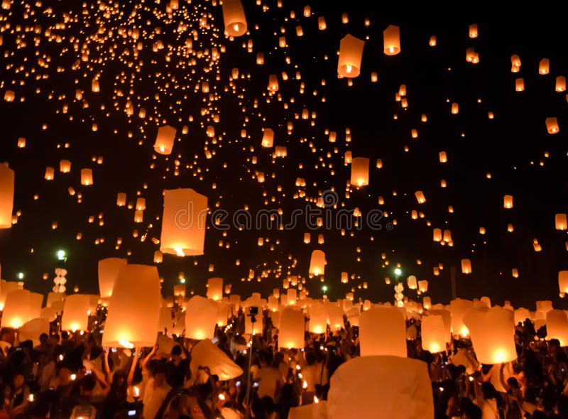 Het festival van hemellantaarns of het festival van Yi Peng in Chiang Mai, Thailand stock foto's