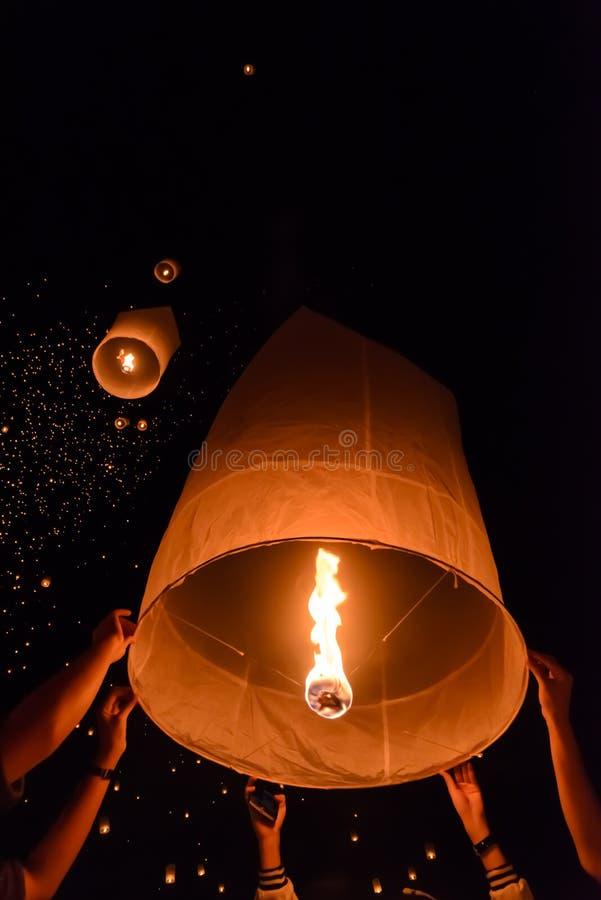 Het festival van hemellantaarns of het festival van Yi Peng in Chiang Mai, Thailand stock afbeeldingen