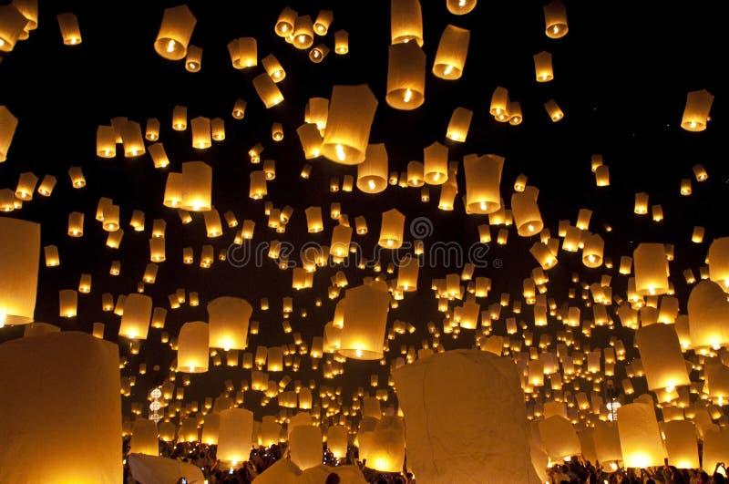 Het festival van het de lantaarnsvuurwerk van de hemel stock afbeeldingen