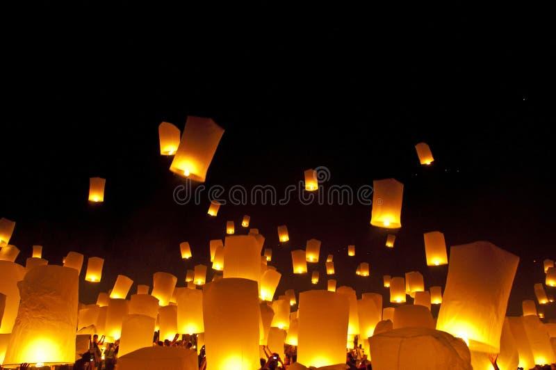 Het festival van het de lantaarnsvuurwerk van de hemel stock fotografie