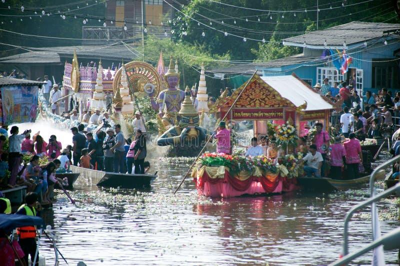Het Festival van oneffenheidsbua (Lotus Throwing Festival) in Thailand stock foto's