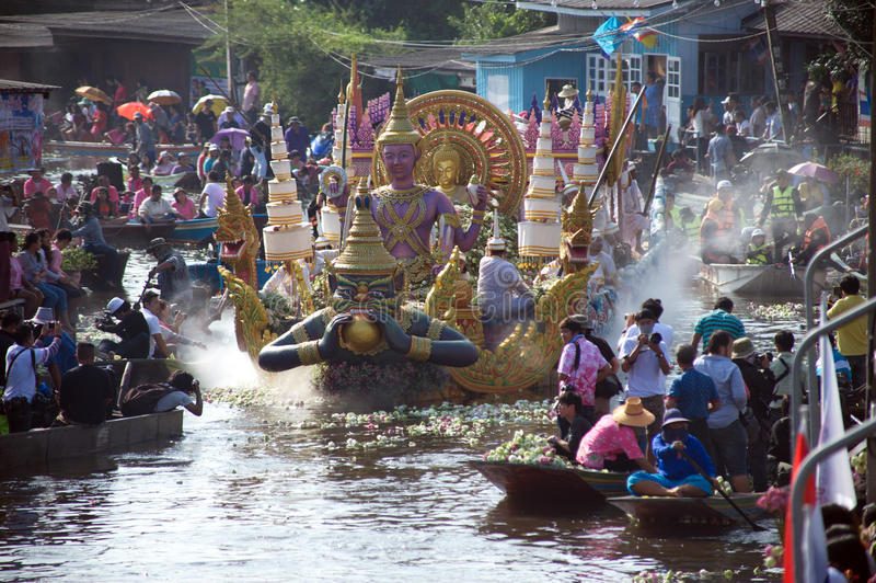Het Festival van oneffenheidsbua (Lotus Throwing Festival) in Thailand royalty-vrije stock fotografie