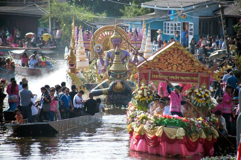 Het Festival van oneffenheidsbua (Lotus Throwing Festival) in Thailand royalty-vrije stock afbeeldingen