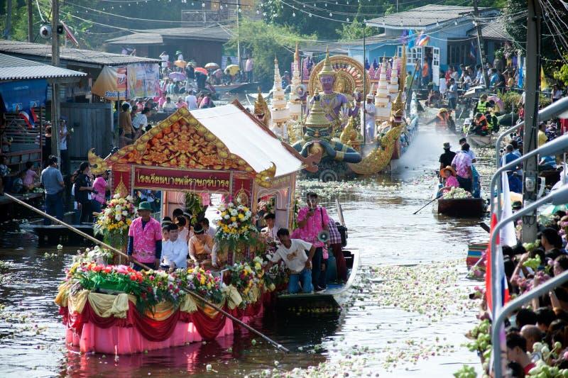 Het Festival van oneffenheidsbua (Lotus Throwing Festival) in Thailand stock afbeeldingen