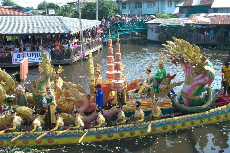 Het Festival van oneffenheidsbua (Lotus Throwing Festival) in Thailand stock fotografie