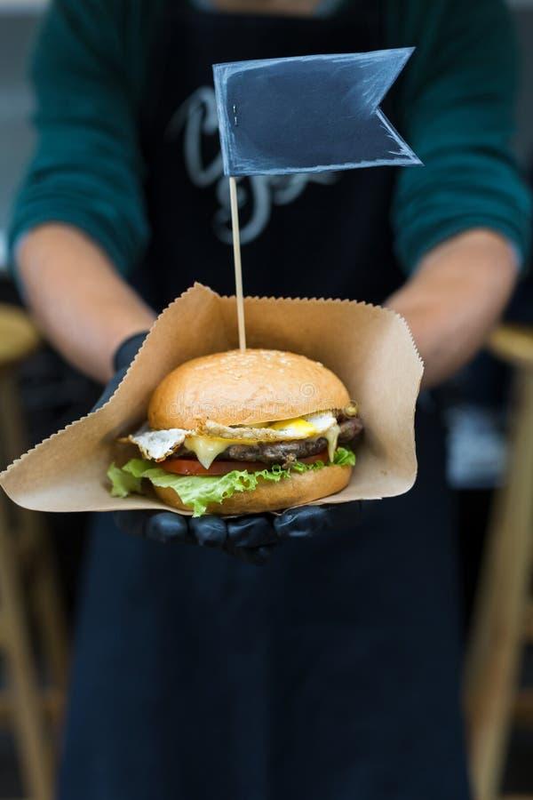 Het festival van het straat snelle voedsel, hamburger met rundvlees royalty-vrije stock afbeeldingen
