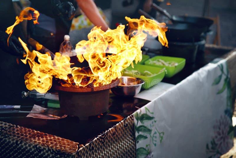 Het festival van het straatvoedsel Kokend voedsel op brand royalty-vrije stock fotografie